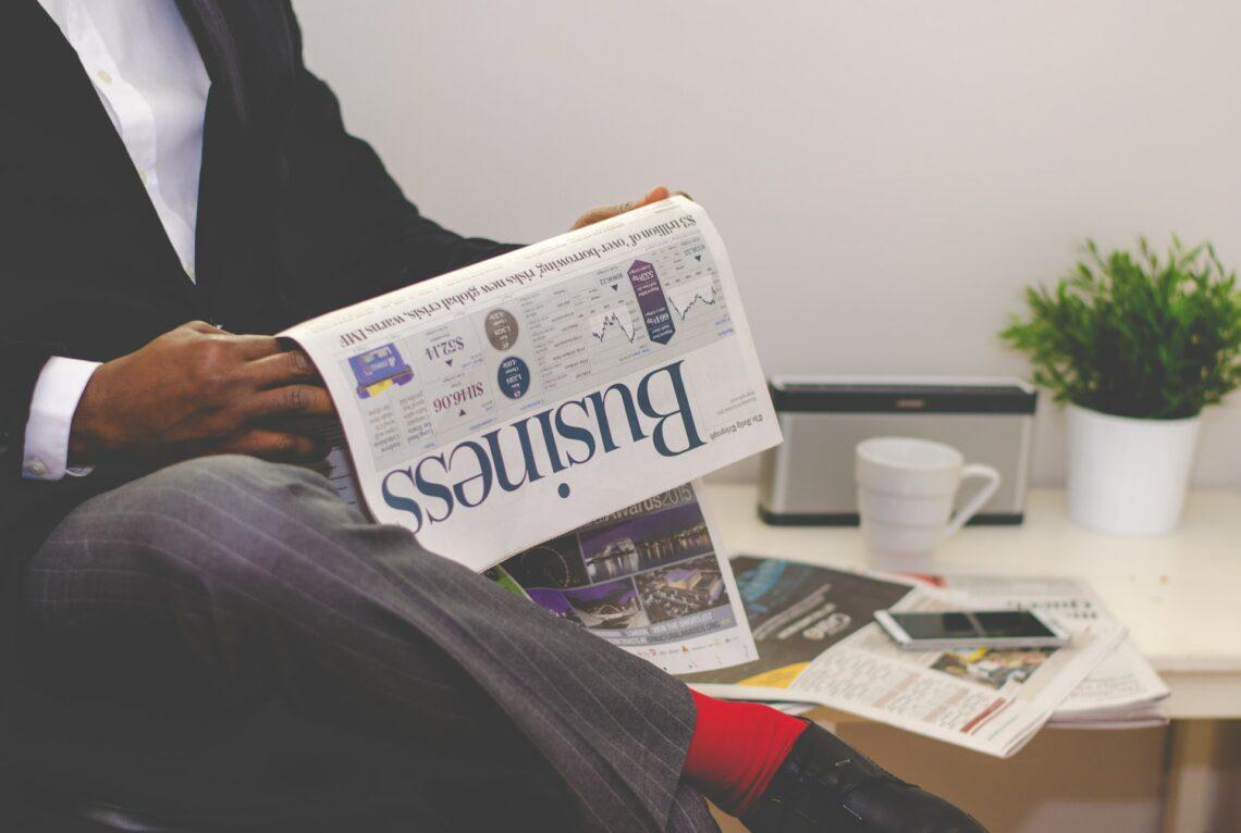 mezczyzna czyta gazete